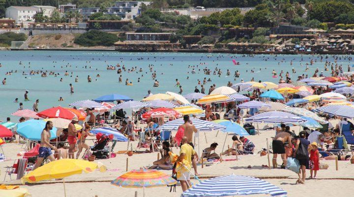 Çeşme plajlarındaki bayram yoğunluğu